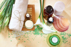 Termas e bem-estar que ajustam-se com sabão, velas e a toalha naturais. fundo de madeira natural. grupo de cor verde. Imagens de Stock Royalty Free