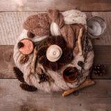 Termas e bem-estar que ajustam-se com sal do mar, essência do óleo, cones e vela, decoração de madeira no fundo de madeira imagem de stock