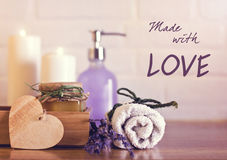 Termas e bem-estar que ajustam-se com toalhas brancas, esponja, vela, lav Fotos de Stock Royalty Free