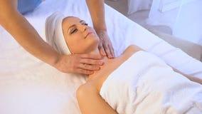 Termas e saúde bonita da massagem da menina vídeos de arquivo