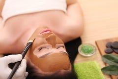 Termas Facial do cuidado Tratamento da face A mulher no salão de beleza obtém Marine Mask fotos de stock