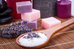 Termas feitos a mão do bem-estar do sabão da alfazema e do sal de banho Imagem de Stock Royalty Free