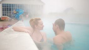 Termas geotérmicas da mola quente Pares românticos no amor que relaxa na associação quente vídeos de arquivo