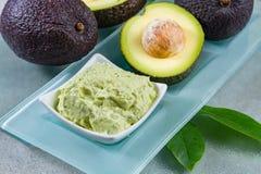 Termas home da pele & dos cuidados capilares do abacate, abacates maduros e bacia com h imagem de stock