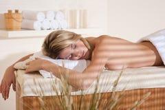 Termas - mulher nova na massagem do wellness que relaxa imagens de stock royalty free
