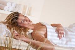 Termas - mulher nova na massagem do wellness que relaxa imagens de stock