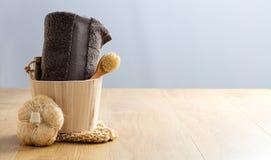 Termas naturais com escova seca, bucha, toalha para a beleza saudável Fotos de Stock