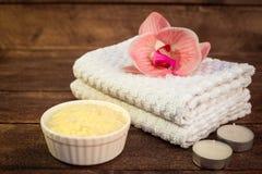 Termas ou bem-estar ajustados Sal de Yellow Sea na bacia branca, vela, towe Imagem de Stock Royalty Free