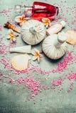 Termas ou bem-estar que ajustam-se com tratamento e produto: sal do mar, bolas da massagem e óleo de compressão Fotografia de Stock Royalty Free