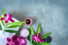 TERMAS tailandeses Vista superior das pedras quentes que ajustam-se para o tratamento da massagem e para relaxar com a orquídea r imagem de stock