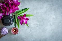 TERMAS tailandeses Vista superior das pedras quentes que ajustam-se para o tratamento da massagem e para relaxar com a orqu?dea r imagem de stock
