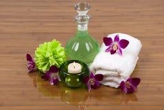 Termas (toalha, orquídeas, vela, gel do banho e esponja) Imagens de Stock Royalty Free