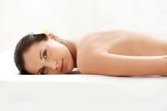 Termas Tretment. Mulher bonita que obtém a massagem das pedras Fotografia de Stock Royalty Free