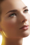 Termas, wellness. Face modelo bonita com pele pura foto de stock