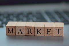 Termes financiers d'illustration écrits sur les blocs en bois Photo stock