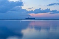 Termiczna elektrownia i jezioro przy zmierzchem Obrazy Royalty Free