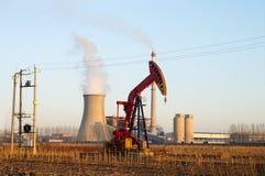 Termiczna elektrownia i pumpjack obrazy stock