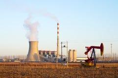 Termiczna elektrownia i pumpjack obraz stock