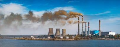 Termiczna elektrownia na rzece Zdjęcia Royalty Free