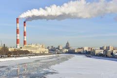 Termiczna elektrownia przy bulwarem Moskwa rzeka Fotografia Stock