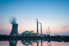Termiczna elektrownia przy półmrokiem Zdjęcie Royalty Free