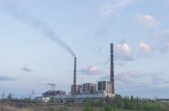 Termiczne elektrownie i linie energetyczne na jasnym dniu zdjęcia royalty free