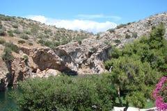 Termiczny jezioro na południowym wybrzeżu stały ląd Grecja 06 20 2014 Aktywny rekreacyjny odpoczynek w nawadnia gorące wiosny Obraz Stock
