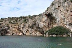 Termiczny jezioro na południowym wybrzeżu stały ląd Grecja 06 20 2014 Aktywny rekreacyjny odpoczynek w nawadnia gorące wiosny Obraz Royalty Free