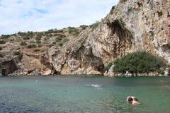 Termiczny jezioro na południowym wybrzeżu stały ląd Grecja 06 20 2014 Aktywny rekreacyjny odpoczynek w nawadnia gorące wiosny Zdjęcia Royalty Free