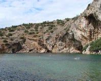 Termiczny jezioro na południowym wybrzeżu stały ląd Grecja 06 20 2014 Aktywny rekreacyjny odpoczynek w nawadnia gorące wiosny Fotografia Stock
