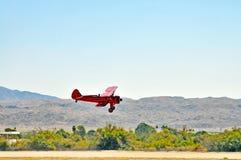 Termiczny pokaz lotniczy: Stearman biplanu lądowanie obraz royalty free
