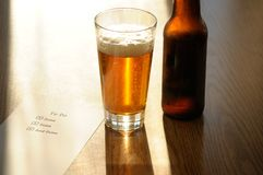 Terminé pour faire la liste avec la bouteille et la glace de bière Photos stock