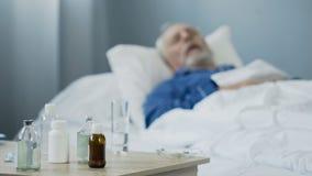 Terminaal zieke mannelijke slaap in het ziekenhuis na het nemen van pijnstillers, medicijn royalty-vrije stock afbeeldingen