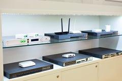 Terminais, interruptores e roteadores para redes de cabo ótico no st fotos de stock