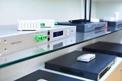 Terminais, interruptores e roteadores para redes de cabo ótico no st fotos de stock royalty free