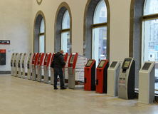 Terminais para a venda de bilhetes railway no estação de caminhos-de-ferro Moscou de Paveletsky Imagem de Stock