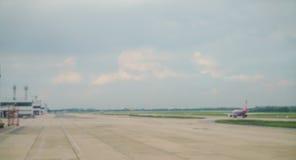 Terminal abstrait d'avion de tache floue dans l'aéroport Images libres de droits