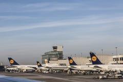 Terminal 1 avec des avions de Lufthansa à Francfort Image stock