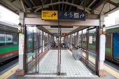 Terminal- Bahn-Otaru-Stationspassagier kommen zu verwenden Stockfoto