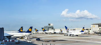Terminal 1 com o decking em Francoforte, Germa do avião dos passageiros Imagens de Stock Royalty Free