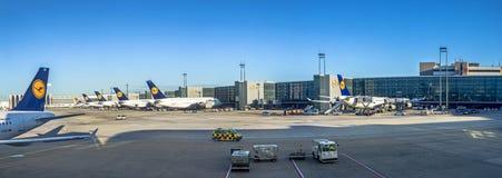 Terminal 1 con el aeroplano de los pasajeros de Lufthansa Imagenes de archivo