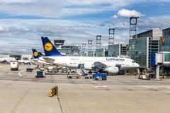 Terminal 1 con los aeroplanos del pasajero en Francfort Foto de archivo libre de regalías