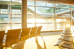Terminal d'aéroport à la soirée Photo stock
