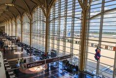 Terminal d'aéroport américain avec les fenêtres lumineuses Photographie stock
