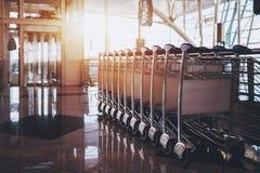 Terminal d'aéroport contemporain avec des chariots de bagage Photographie stock