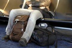 Terminal d'aéroport de attente d'homme Équipez se reposer aux chaises attendant le bâtiment d'aéroport de salon Photos stock