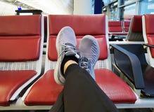 Terminal d'aéroport de attente d'homme Image stock