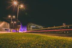 Terminal 2 d'aéroport de Dublin la nuit avec les traînées légères Photos libres de droits