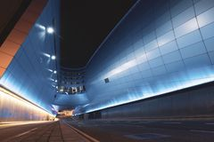 Terminal 2 d'aéroport de Dublin la nuit avec les traînées légères Photo stock