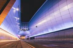 Terminal 2 d'aéroport de Dublin la nuit avec les traînées légères Photographie stock libre de droits